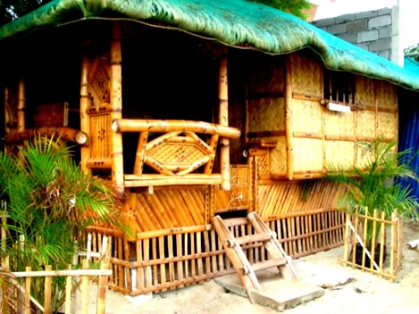 This native hut is by the beach. But you will have to use the common toilet facilities, as there is none in this hut.