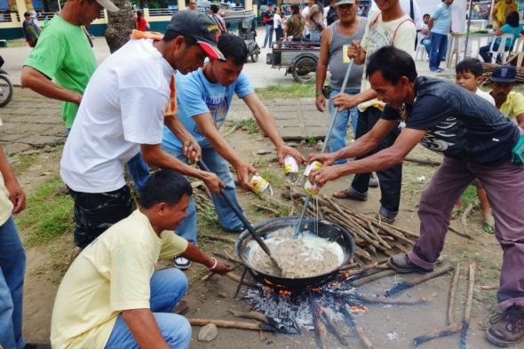 Even the men were involved, pouring condensada on the kakanin