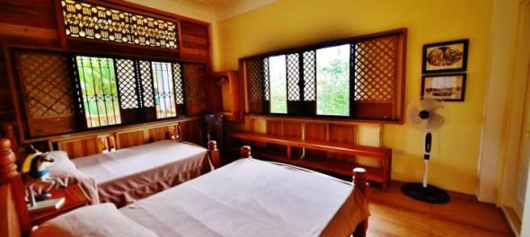 one of the many spacious rooms in the Lumang Bahay