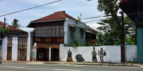 Easy to find Tampuhan Cafe on the main road, with those paintings of people in period costumes on the wall. Right beside Villa Tortuga.